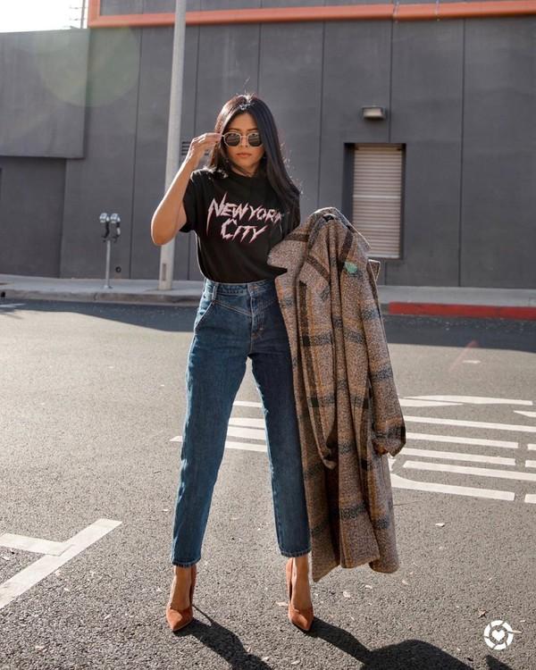 top black t-shirt straight jeans pumps long coat