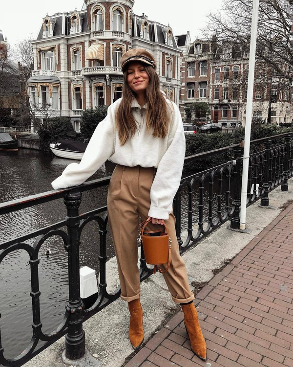 pants high waisted pants brown boots heel boots bucket bag brown bag white sweater beret