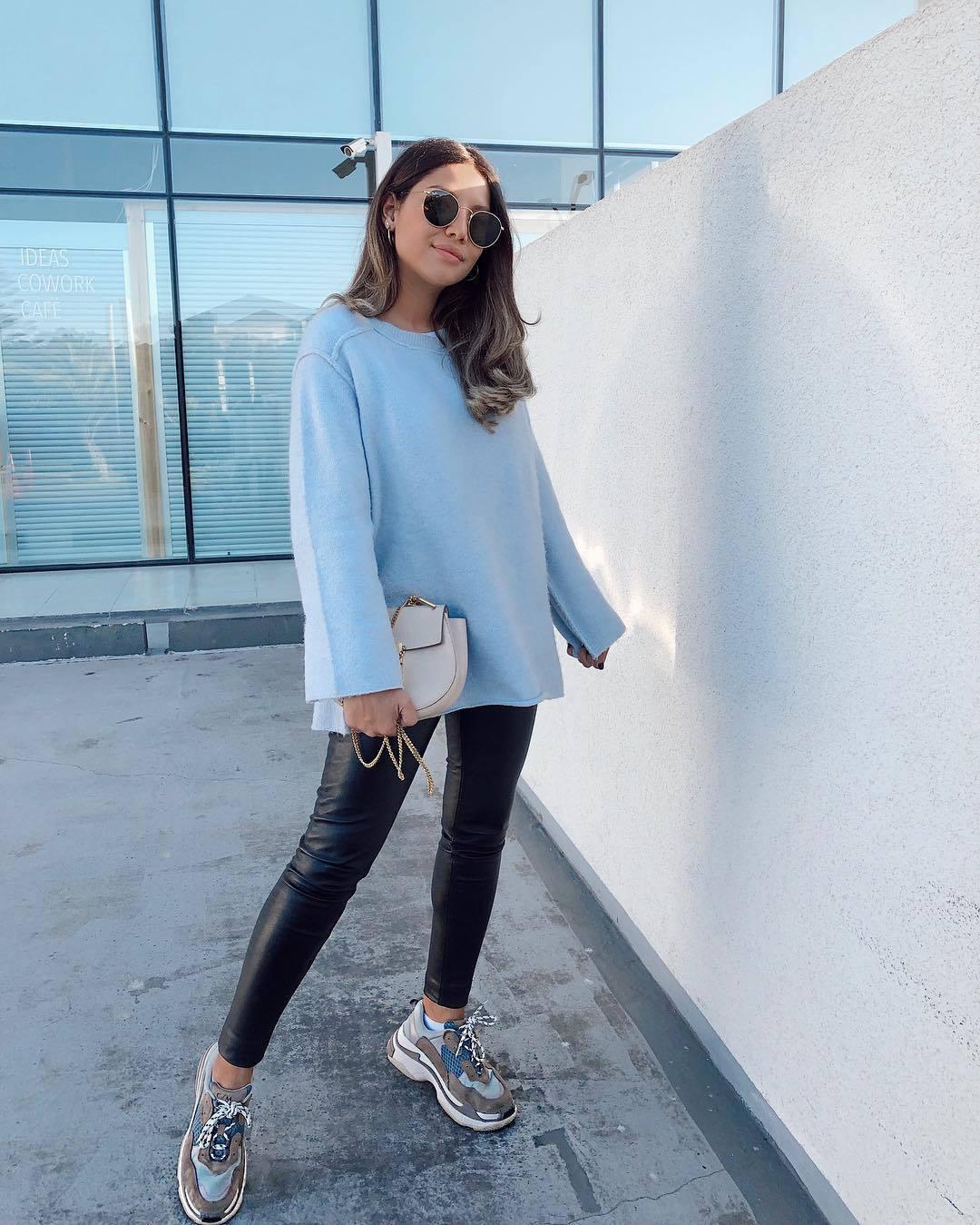 pants black leather pants skinny pants sneakers blue sweater zara oversized sweater white bag