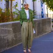 pants,high waisted pants,pleated,mules,heels,green jacket,white t-shirt,white bag