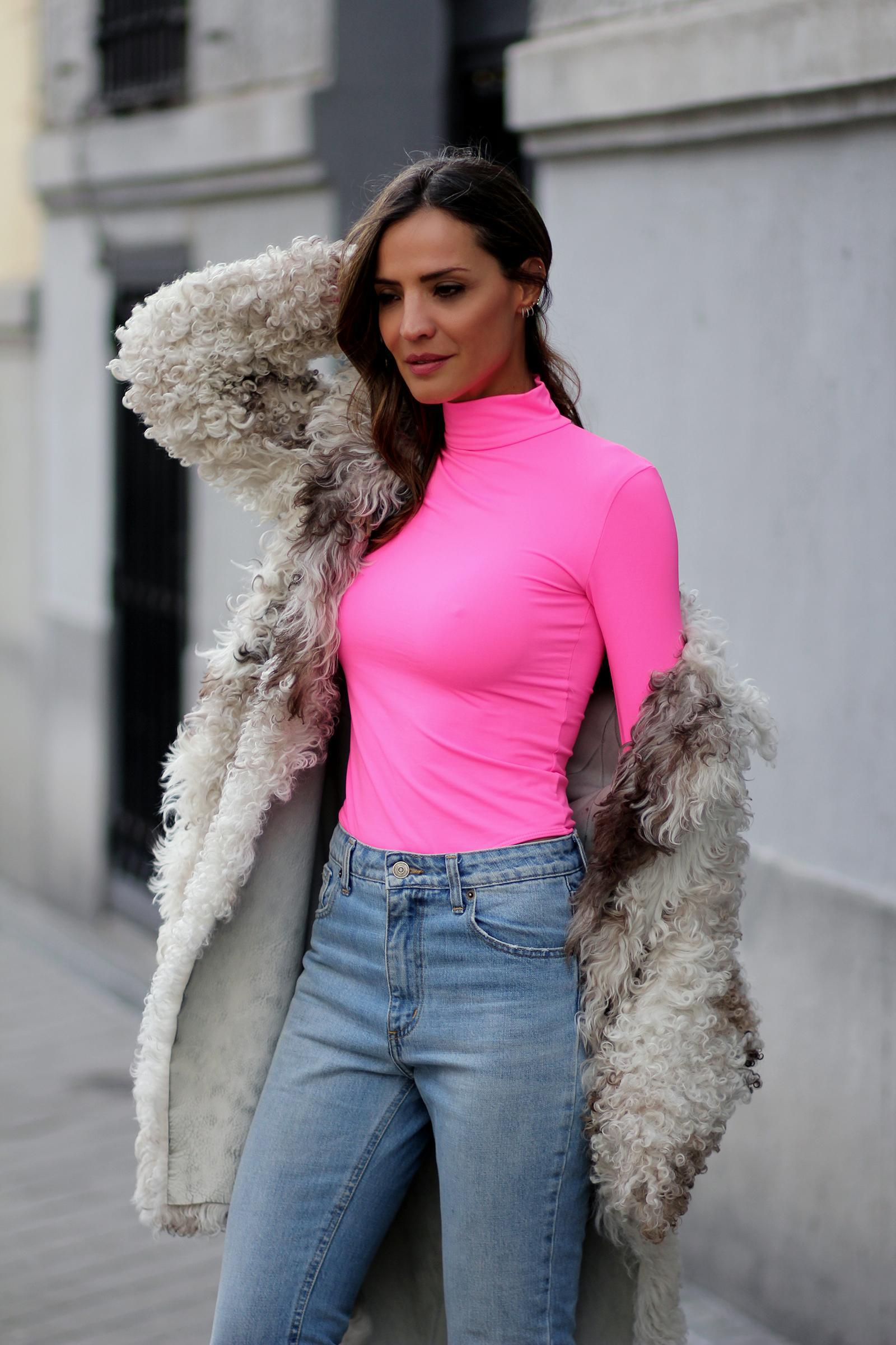 lady addict blogger jeans top faux fur coat winter outfits