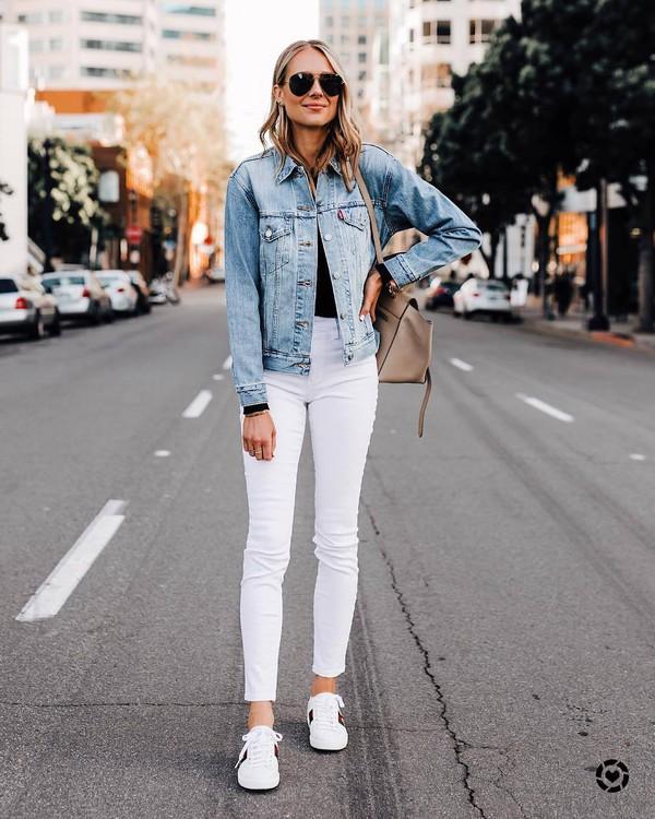 jacket denim jacket white jeans skinny jeans white sneakers black t-shirt shoulder bag
