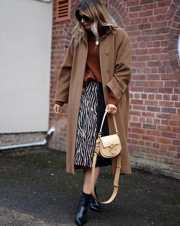 skirt pleated skirt midi skirt zebra black boots ankle boots shoulder bag long coat beige coat turtleneck sweater