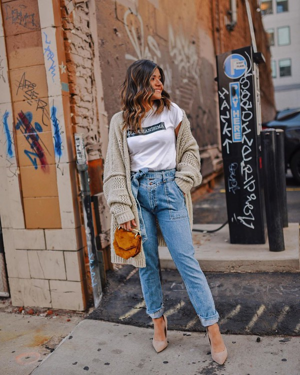 sweater oversized cardigan mom jeans pumps brown bag white t-shirt