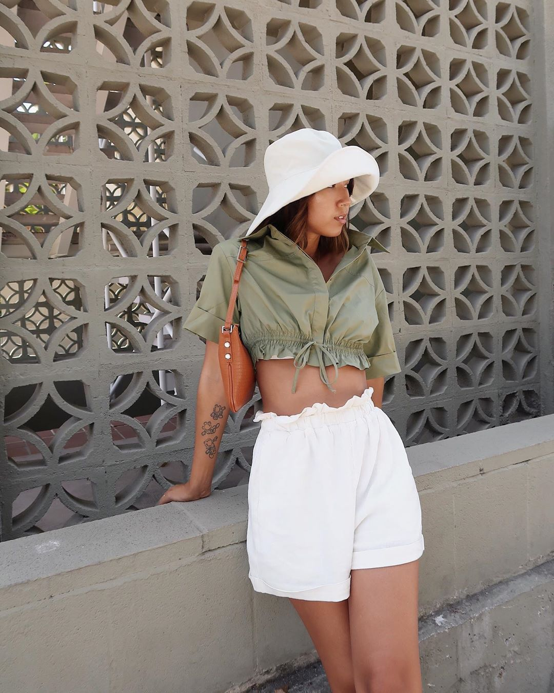 shorts white shorts High waisted shorts crop tops short sleeve shoulder bag sun hat