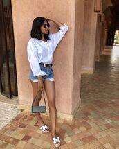 shorts,denim shorts,white shirt,belt,slide shoes,bag