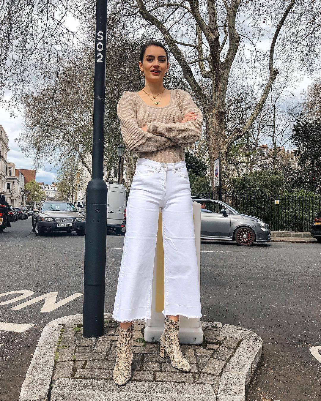 jeans cropped jeans white jeans high waisted jeans ankle boots snake print knitted sweater