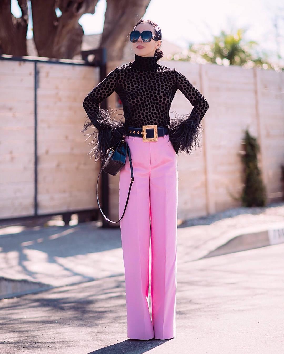 pants high waisted pants pleated pink pants black bag black turtleneck top belt
