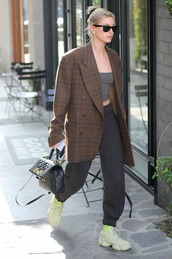 pants,hailey baldwin,celebrity,model off-duty,fall outfits,fall colors,oversized,crop tops,top