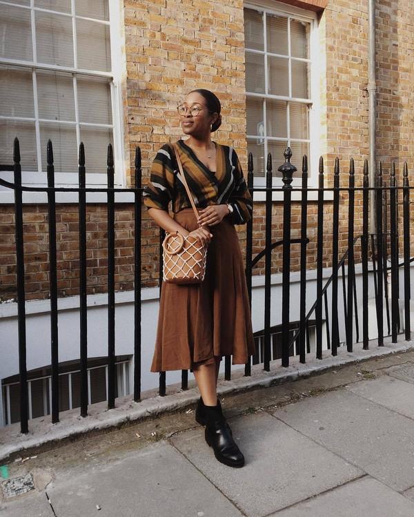 skirt midi skirt suede skirt high waisted skirt black boots ankle boots zara brown bag mango v neck striped top