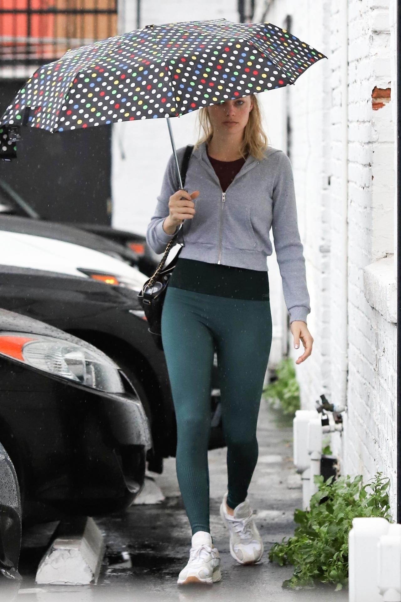 pants margot robbie celebrity streetstyle sportswear casual
