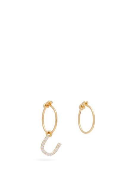 Theodora Warre - Mismatched U Charm Gold Plated Hoop Earrings - Womens - Gold