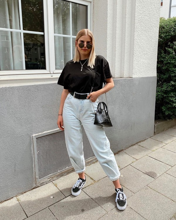 shoes black sneakers high waisted jeans black t-shirt black bag