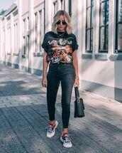 jeans,skinny jeans,black jeans,sneakers,black t-shirt,black bag