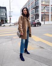 coat,faux fur coat,beige coat,blue boots,heel boots,straight jeans,shoulder bag