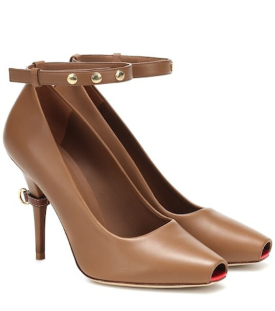 Burberry Jermyn leather pumps in brown