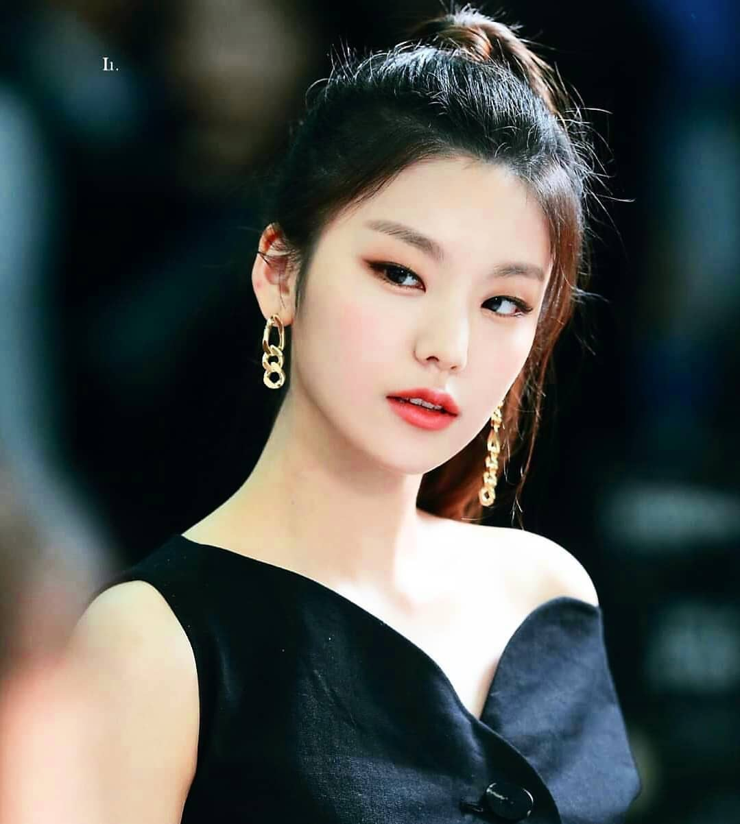 612vo8-l-1202x1202-dress-hwang+yeji-black+dress-mac+cosmetics.jpg