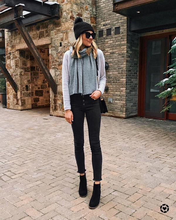 jeans black skinny jeans ankle boots black boots grey sweater scarf black beanie black bag