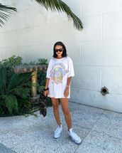 top,white t-shirt,oversized t-shirt,sneakers