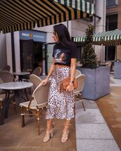 skirt,midi skirt,black and white,leopard print,sandals,brown bag,black t-shirt