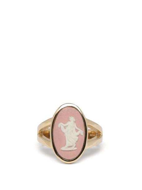 Ferian - Wedgwood Ceramic Nymph & Gold Signet Ring - Womens - Pink