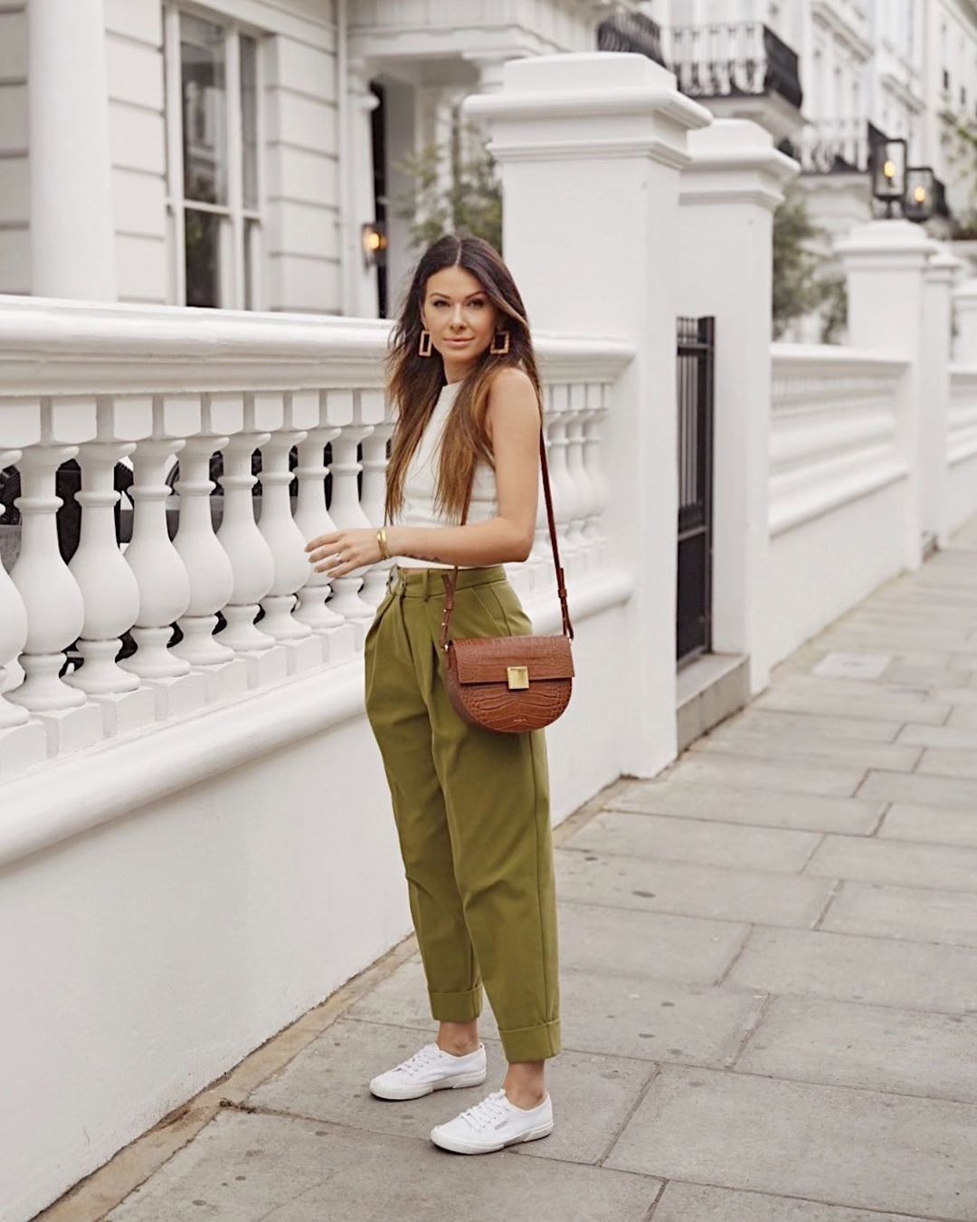 pants high waisted pants pleated white sneakers white top brown bag