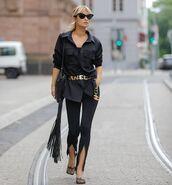 top,black shirt,black pants,pumps,bag