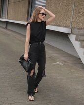 jeans,black jeans,ripped jeans,flat sandals,black t-shirt,black bag