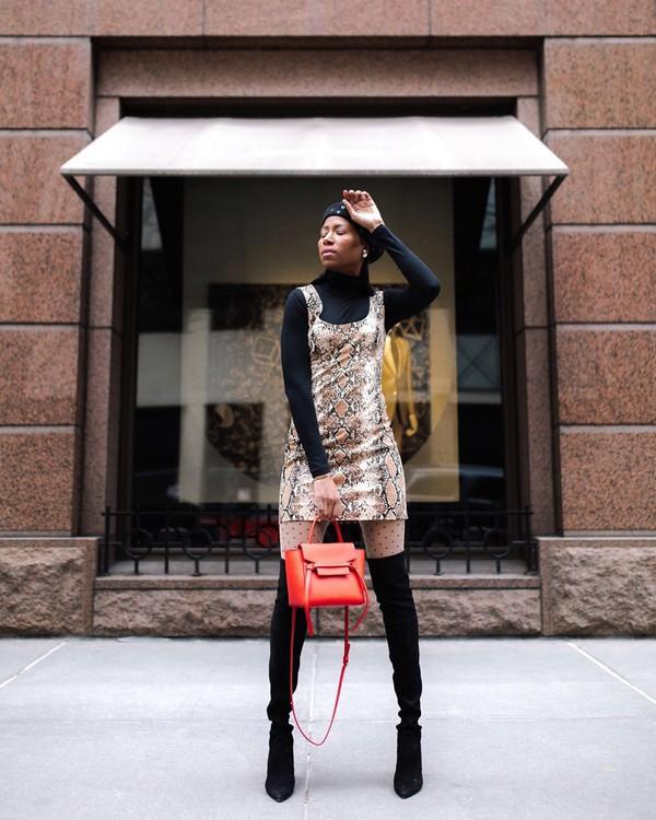 dress mini skirt snake print black boots knee high boots tights black turtleneck top bag beret