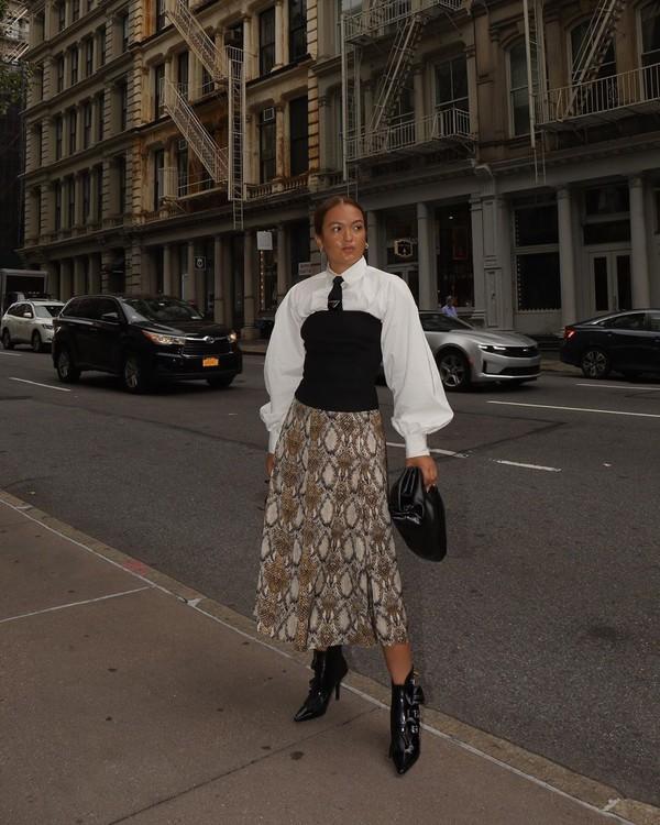 skirt midi skirt snake print ankle boots black boots black bag white shirt