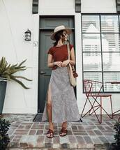 top,brown  t-shirt,high waisted skirt,black and white,maxi skirt,slit skirt,flat sandals,shoulder bag,hat