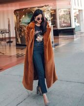 top,black t-shirt,pumps,jeans,long coat,brown coat,faux fur coat