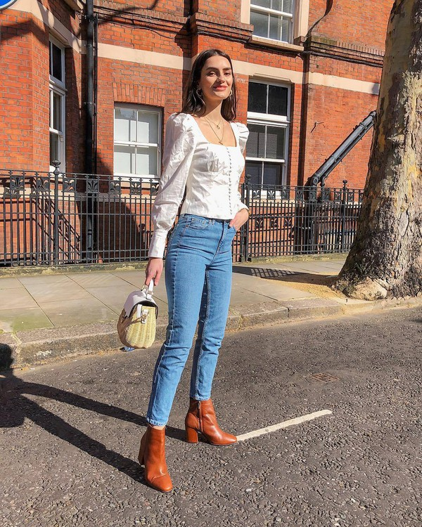 top white top long sleeves skinny jeans high waisted jeans brown boots ankle boots handbag