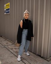 top,turtleneck,high waisted jeans,straight jeans,sneakers,black coat,bag