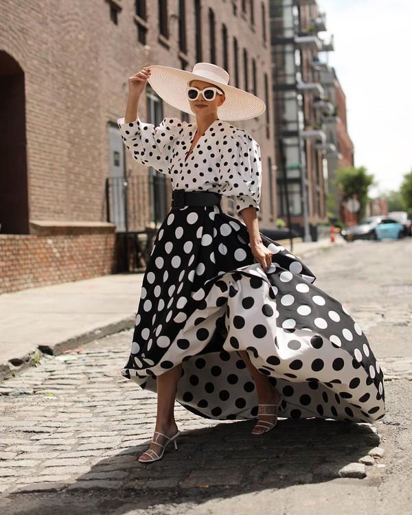 top white top polka dots crop tops jacquemus maxi skirt black skirt white sandals felt hat