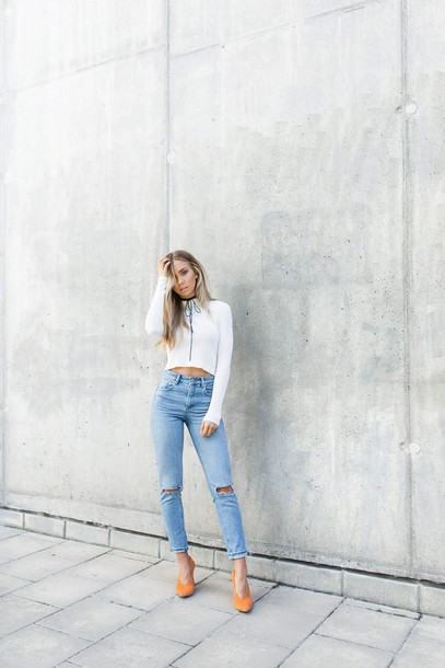 lisa olsson blogger high waisted jeans white top long sleeves choker necklace ripped jeans heels yellow shoes