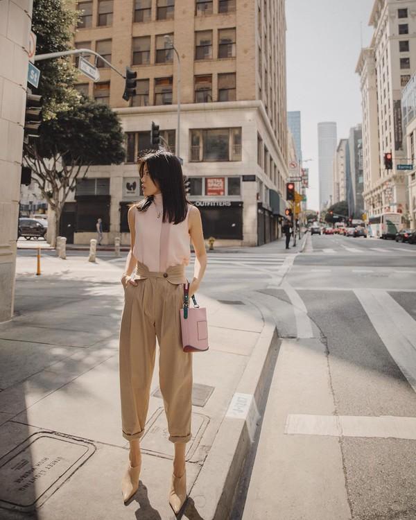 pants high waisted pants pleated mules handbag turtleneck sleeveless