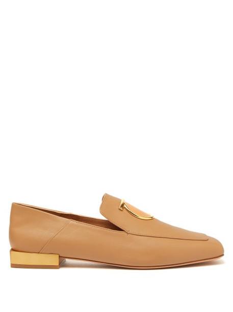 Salvatore Ferragamo - Lana Gancini Plaque Leather Loafers - Womens - Camel
