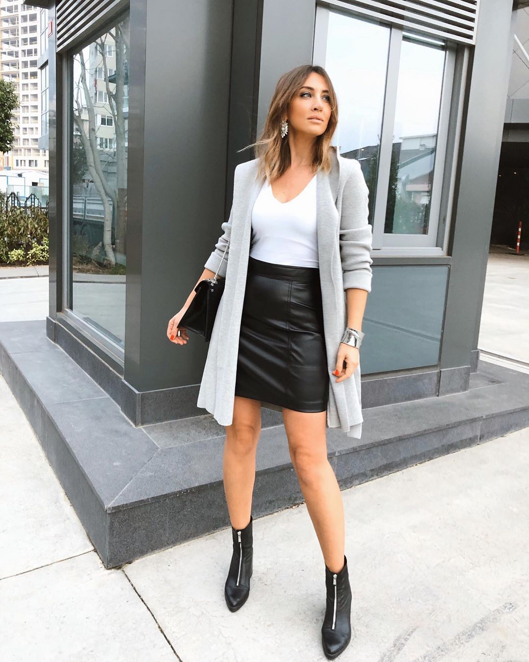 skirt black skirt leather skirt ankle boots black boots white t-shirt cardigan black bag