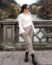 sweater,white sweater,black boots,high waisted pants