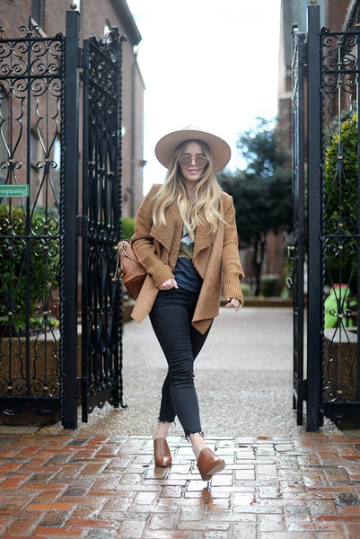 blonde bedhead blogger cardigan jeans t-shirt hat bag shearling jacket winter outfits