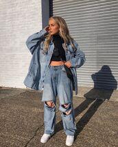 jeans,boyfriend jeans,ripped jeans,white sneakers,denim jacket,oversized jacket,black turtleneck top,black bag