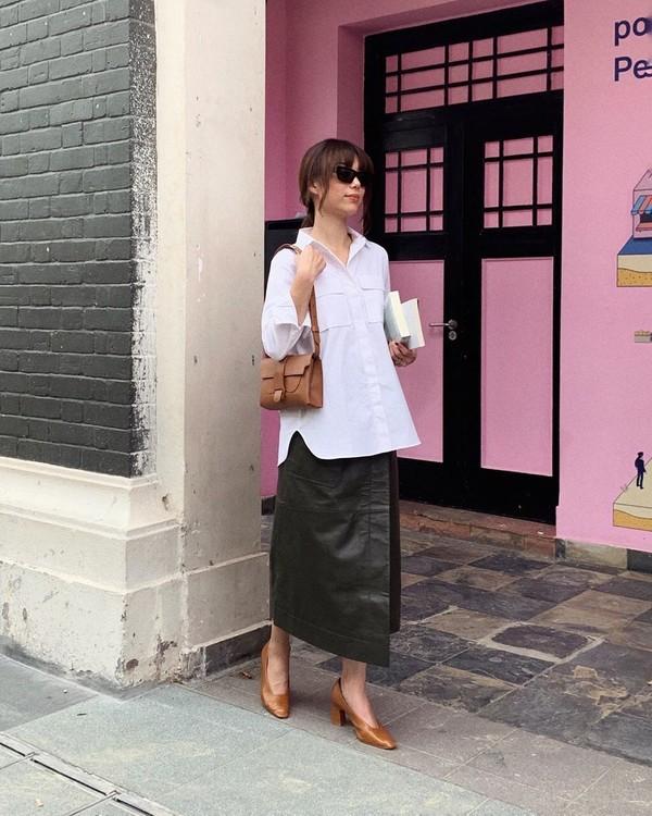 top white shirt black skirt leather skirt wrap skirt pumps black bag