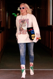 sweater,gwen stefani,celebrity,jeans,casual
