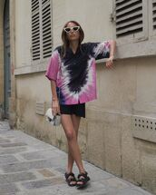 top,shirt,short sleeve,black sandals,flat sandals,black skirt,mini skirt,crossbody bag