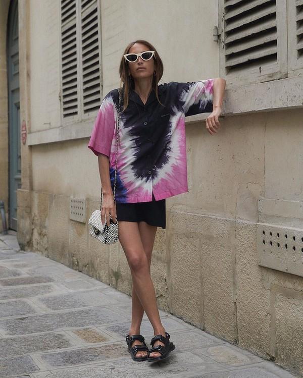 top shirt short sleeve black sandals flat sandals black skirt mini skirt crossbody bag