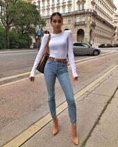 jeans,skinny jeans,white top,ankle boots,shoulder bag