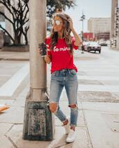top,t-shirt,white sneakers,ripped jeans,skinny jeans,casual,streetstyle,sunglasses,streetwear
