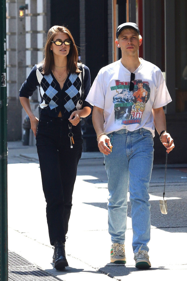 sweater cardigan celebrity casual kaia gerber model off-duty streetstyle boots