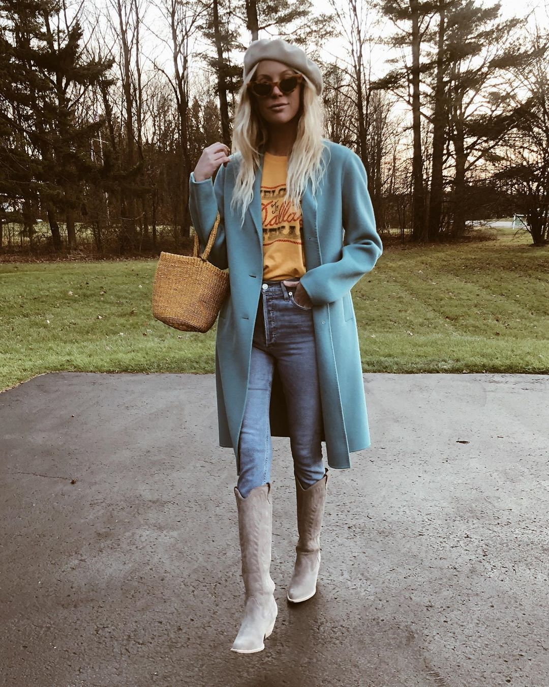 coat blue coat knee high boots skinny jeans high waisted jeans top beret woven bag